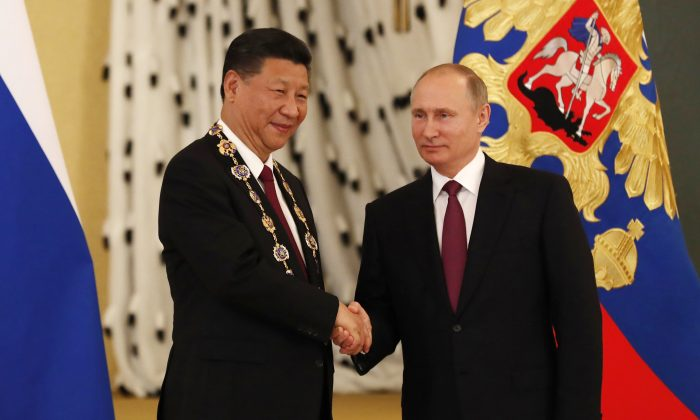 Russian leader Vladimir Putin (R) awards Chinese leader Xi Jinping the Order of St. Andrew the Apostle the First-Called during a ceremony at the Kremlin in Moscow on July 4, 2017. (SERGEI ILNITSKY/AFP/Getty Images)