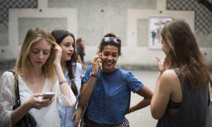 French schools ban smartphones