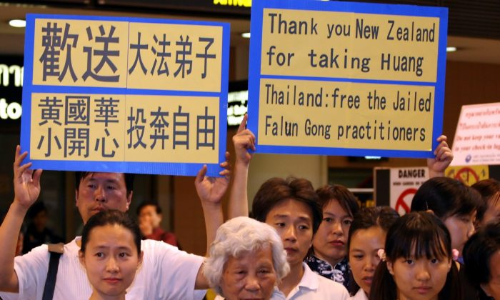 Supporters of Falun Gong practitioners imprisoned in Thailand sent a message to country officials at an impromptu airport press conference at Don Muang airport in Bangkok on Jan. 15, 2006. They were there to see off Huang Guohua and his 4-year-old daughter Huang Ying, who boarded an evening flight to New Zealand to be resettled there. (The Epoch Times)