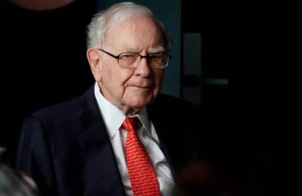 Warren Buffett, CEO of Berkshire Hathaway Inc, pauses while playing bridge as part of the company annual meeting weekend in Omaha, Nebraska U.S. on May 6, 2018. (REUTERS/Rick Wilking)