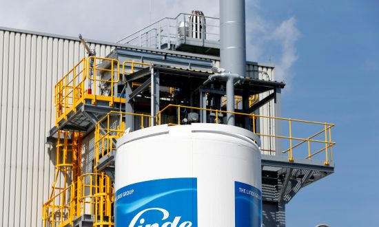 Linde Shares Drop as Praxair Merger Hits US Antitrust Hurdle