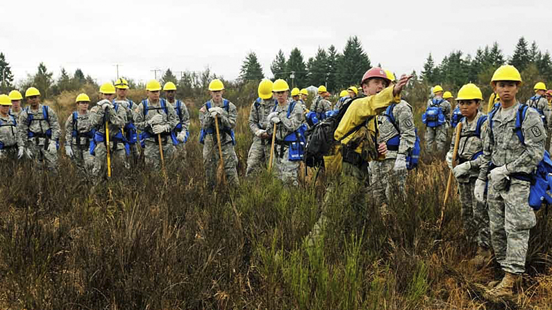 Jay Karle, center right, a crew boss assigned to assist Soldiers of 5th Battalion, 3rd Field Artillery Regiment, 17th Field Artillery Brigade, trains soldiers in wildfire-fighting near Joint Base Lewis-McChord on Aug. 20, 2015. (Sgt. 1st Class Andrew Porch/U.S. Army 28th Public Affairs Detachment)