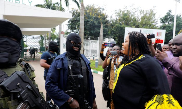 Members of security forces block the entrance of the National Assembly in Abuja, Nigeria Aug. 7, 2018. (REUTERS/Afolabi Sotunde)