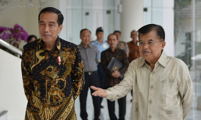 Indonesian President Joko Widodo and Vice President Jusuf Kalla speak with the media after holding a closed meeting at the Vice President's office, Jakarta, Indonesia Aug. 9, 2018. (Antara Foto/Wahyu Putro A/via REUTERS)