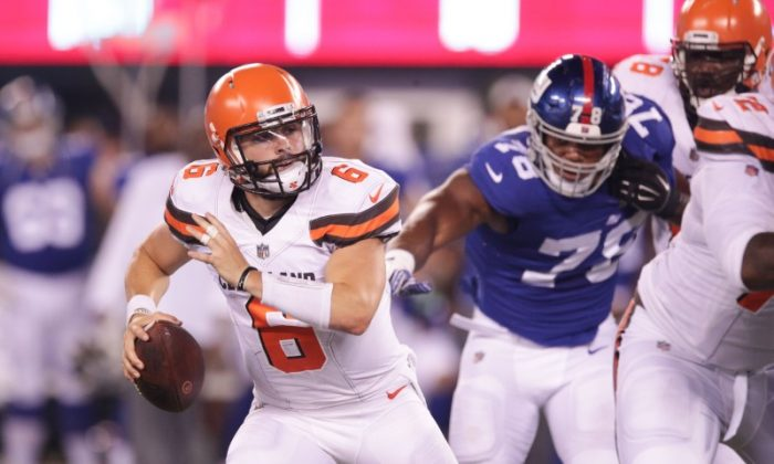 Aug. 9, 2018; East Rutherford, N.J.; Cleveland Browns quarterback Baker Mayfield scrambles as New York Giants linebacker Jordan Williams pursues during the second half. (Vincent Carchietta—USA TODAY Sports)