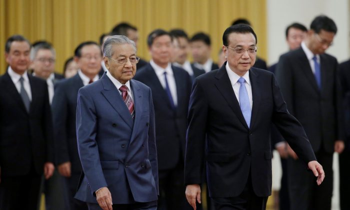 Malaysian Prime Minister Mahathir Mohamad (L) and China's Premier Li Keqiang attend a welcome ceremony at the Great Hall of the People in Beijing, China Aug. 20, 2018. (Reuters/Jason Lee)