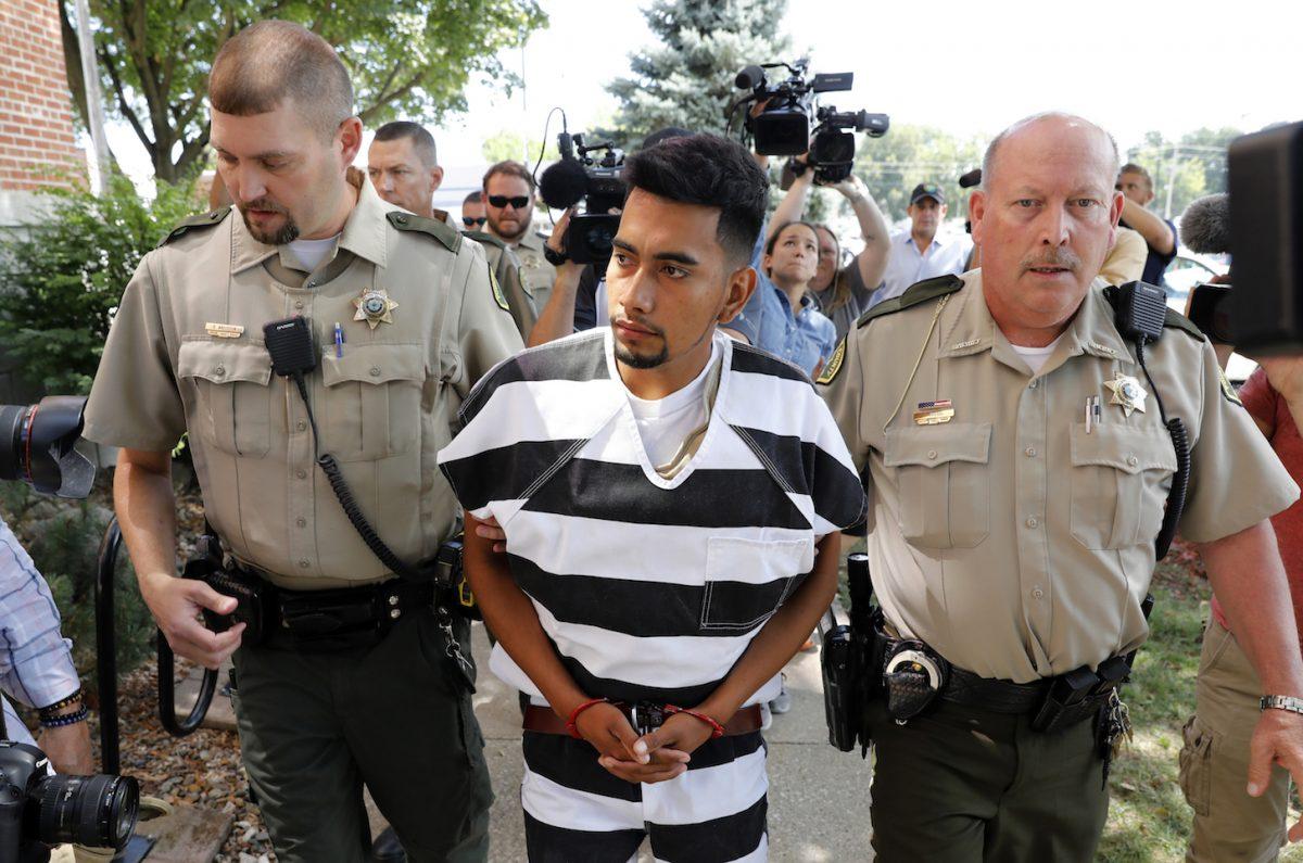 Cristhian Bahena Rivera é escoltado para o tribunal do condado de Poweshiek para sua audiência inicial, quarta-feira, 22 de agosto de 2018, em Montezuma, Iowa. Rivera é acusado de homicídio em primeiro grau na morte de Mollie Tibbetts, que desapareceu em 18 de julho do Brooklyn, Iowa