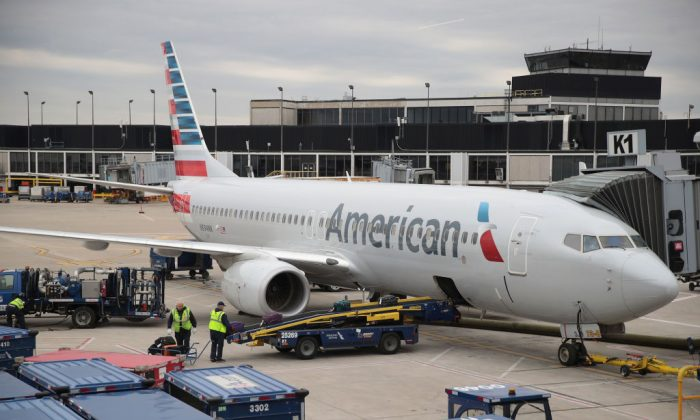 Workers load luggage onto an American Airlines aricraft at O'Hare International Airport in Chicago, Ill., on May 11, 2018. (Scott Olson/Getty Images)