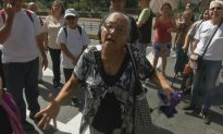Venezuelan Pensioners Take to the Streets to Demand Payment
