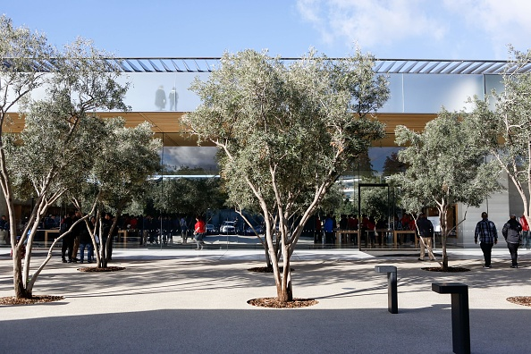 The Apple Park Visitor Center is seen on November 17, 2017 in Cupertino, California. / AFP PHOTO / Amy Osborne        (Photo credit should read AMY OSBORNE/AFP/Getty Images)
