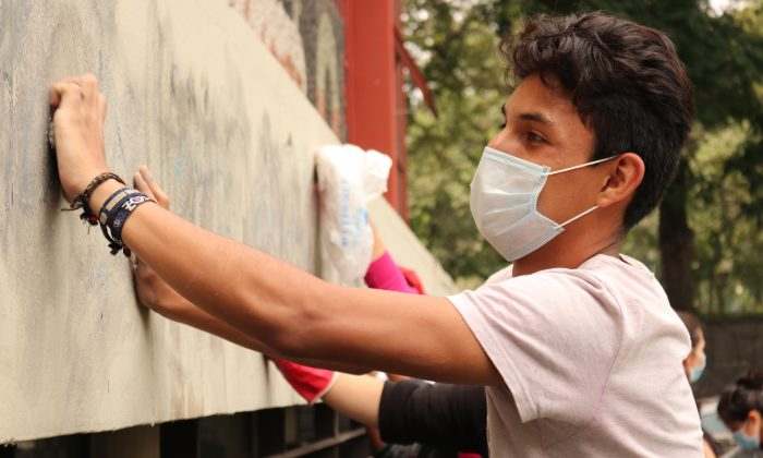 Mexico's National Autonomous University (UNAM) student Miguel Ángel Romero Castillejos helps in the voluntary effort on Sept. 7, 2018 in Mexico City. (Tim MacFarlan/Special to The Epoch Times)