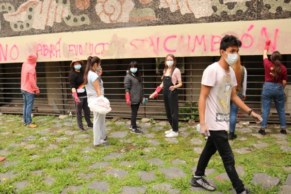 UNAM students help in the voluntary effort to remove graffiti from the campus walls following a week of protests on Sept. 7, 2018 in Mexico City, Mexico. (Tim MacFarlan/Special to The Epoch Times)