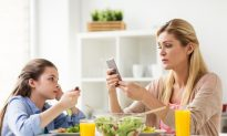 Parents Need Screen Time Limits, Too, Pediatricians Say
