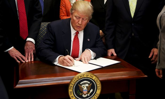 Trump Signs Bill Giving Federal Workers Back Pay