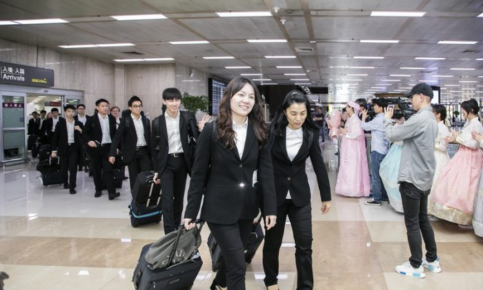 Members of Shen Yun Symphony Orchestra walk past welcoming fans at the Gimpo Airport in Seoul, South Korea, on Sept. 29, 2018. (Quan Jinglin/The Epoch Times)