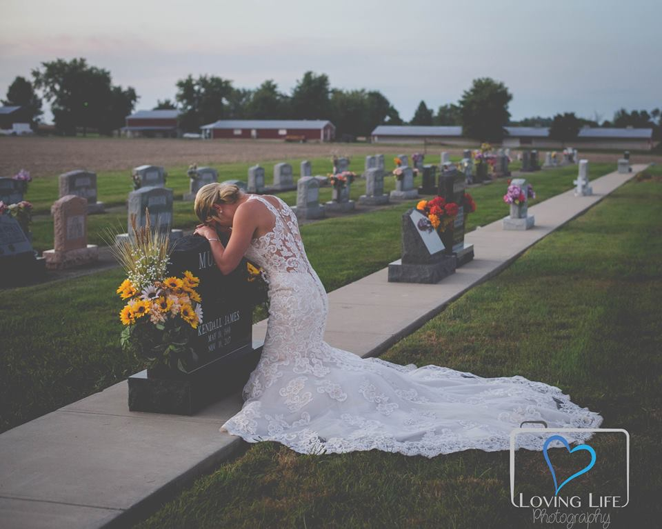 Bride-to-be poses for heartbreaking wedding photos to honor tragic fiancé
