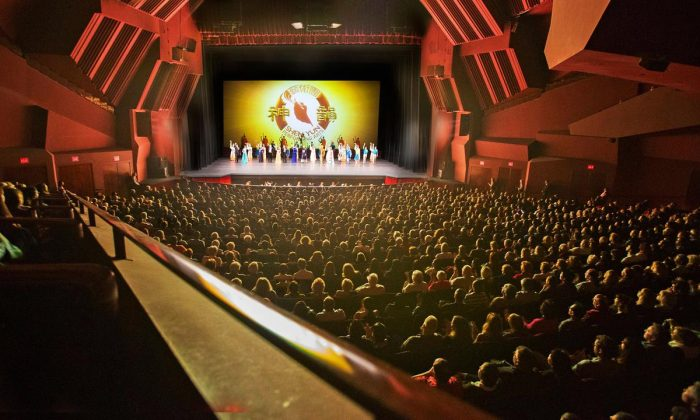 Shen Yun performance at the Segerstrom Center for the Arts in Costa Mesa, Calif. on April 13, 2016 (Minghui.org)