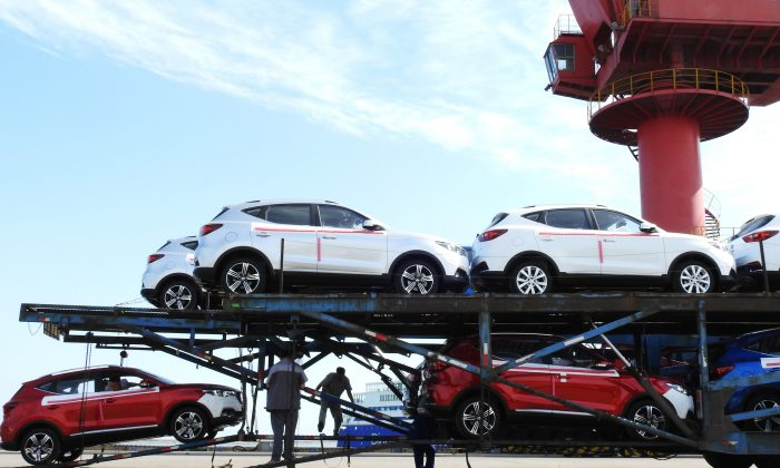 Workers load cars to be exported at a port in Lianyungang in China's eastern Jiangsu Province on May 31, 2018. (/AFP/Getty Images)