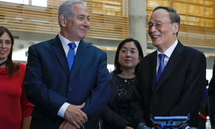 Chinese Vice Chair Wang Qishan (R) during his tour with Israeli Prime Minister Benjamin Netanyahu of the Israeli Innovation Summit in Jerusalem on October 24, 2018. (ARIEL SCHALIT/AFP/Getty Images)