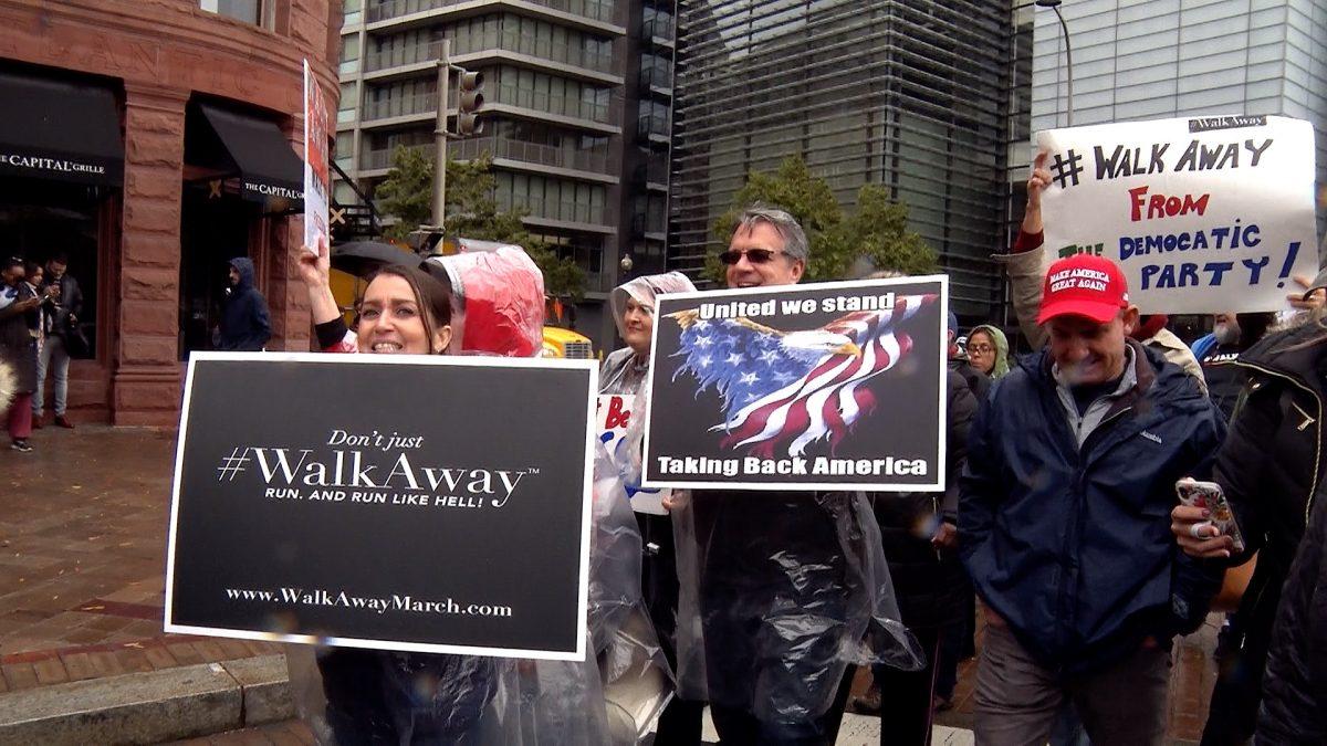 Các thành viên của phong trào Walk Away diễu hành qua Washington vào ngày 27/10 (Ảnh: York Du / NTD)