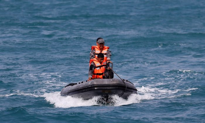 Rescue team members use inflatable raft during rescue operation of Lion Air's flight JT610 airplane at the north coast of Karawang, Indonesia, on Nov. 2, 2018. (Beawiharta/Reuters)