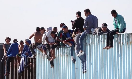 Videos of the Day: Migrants Climb US-Mexico Border Wall