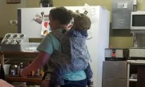 Tennessee Waitress Praised After Being Pictured Working With Child Strapped to Her Back