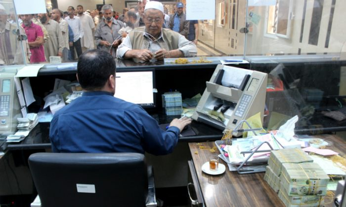 Libyan people gather in front of a counter in a bank to buy foreign currency in Misrata, Libya October 28, 2018. (Ayman al-Sahili/File Photo/Reuters)