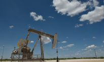 Oil Sands Rebound in 2019 Hinges on Rail, Output Cuts, Pipeline