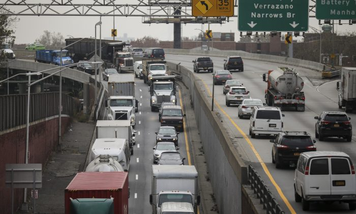 Heavy traffic moves along the Brooklyn-Queens Expressway in the Brooklyn, New York, on Nov. 20, 2018. (Drew Angerer/Getty Images)