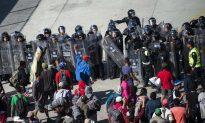 Caravan Storms US Border as Mexico Denies Deal on Asylum-Seekers