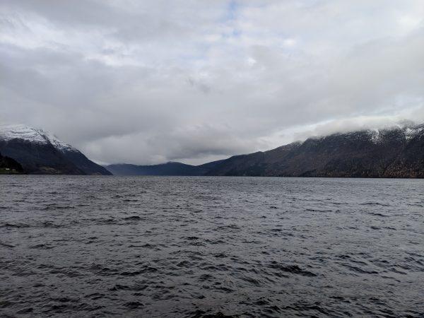 O Nordfjord perto de Måløy, Noruega. O centro de dados de Lefdal retira a água fria do fiorde e a usa para resfriar o computador dentro da mina (Valentin Schmid / The Epoch Times)