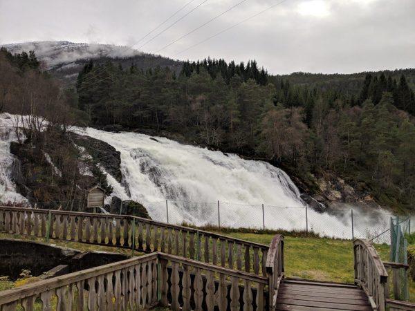 Uma cachoeira próxima a uma hidrelétrica perto de Sandane, na Noruega, em 25 de outubro de 2018 (Valentin Schmid / The Epoch Times)