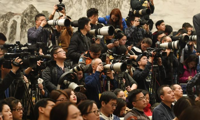 Journalists crowd a press conference for the Chinese People's Political Consultative Conference in the Great Hall of the People in Beijing on March 2, 2018. (Greg Baker/AFP/Getty Images)