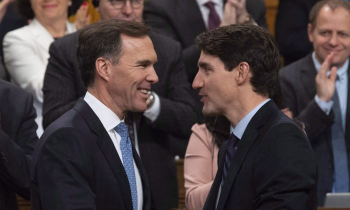 Canadian Prime Minister Justin Trudeau (R) congratulates Minister of Finance Bill Morneau following the fall fiscal update in the House of Commons, in Ottawa Nov. 21, 2018. (The Canadian Press/Adrian Wyld)