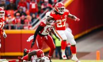 Kareem Hunt of Kansas City Chiefs Kicks, Pushes Woman in Video: Reports