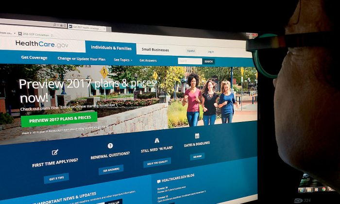 Aa woman looks at the Healthcare.gov website.(KAREN BLEIER/AFP/Getty Images)