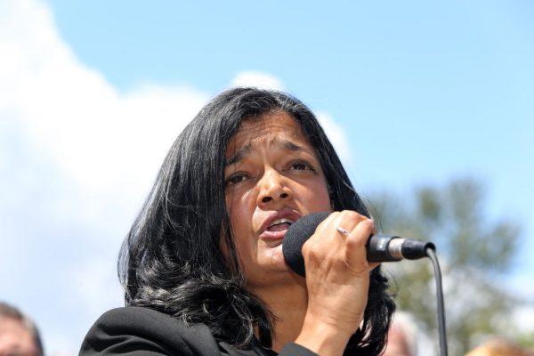 Rep. Pramila Jayapal (D-Wash.) Dos EUA em uma coletiva de imprensa em frente a um Centro de Detenção Federal de mulheres migrantes em SeaTac, Washington, em 9 de junho de 2018 (Karen Ducey / Getty Images)