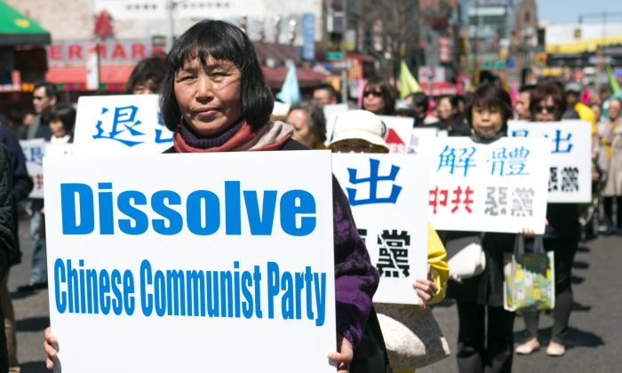 A parade calling for an end to the persecution of Falun Gong in China and celebrating people who have quit the Chinese Communist Party since 2004, in Flushing, New York, on April 25, 2015. (Benjamin Chasteen/Epoch Times)