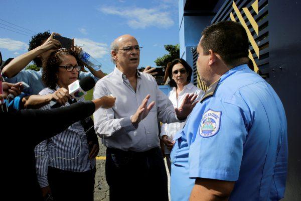 journalist Carlos Fernando confronts police