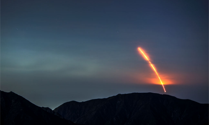 The Atlas 5 rocket carrying the Mars InSight probe launches from Vandenberg Air Force Base, near Los Angeles, California, on May 5, 2018. (David McNew/Getty Images)