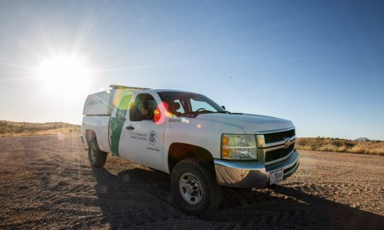 A Border Patrol agent guards the area near the U.S.–Mexico border west of Nogales, Ariz., on May 23, 2018. (Samira Bouaou/The Epoch Times)