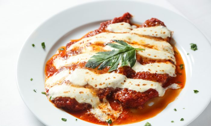 Chicken parmigiana. (Samira Bouaou/The Epoch Times)