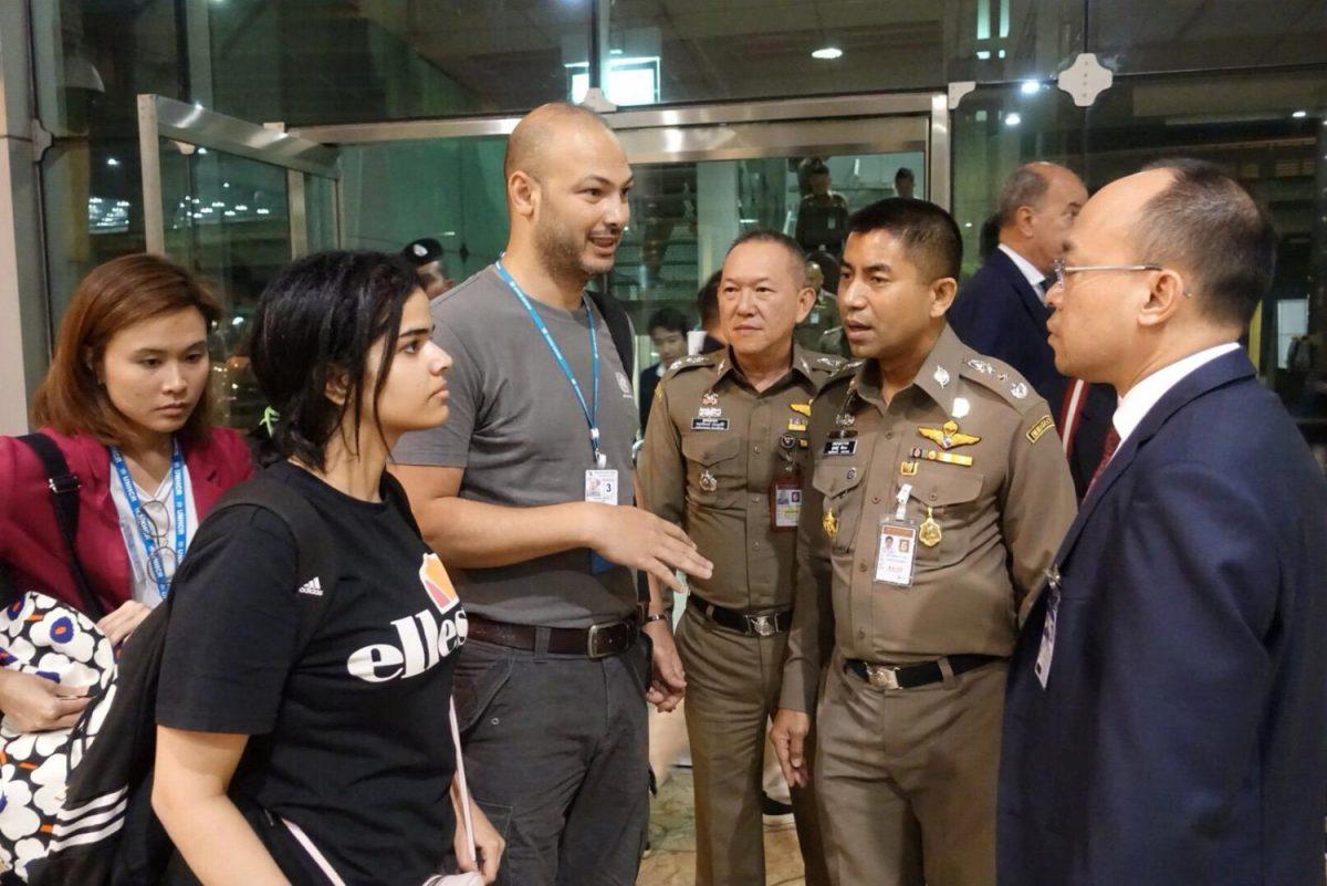 Saudi teen Rahaf Mohammed Alqunun with Thai officials