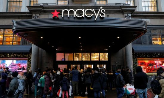 People gather at the Broadway entrance of Macy's Herald Square store ahead of early opening for the Black Friday sales in Manhattan, New York, U.S. November 23, 2017. (Andrew Kelly/Reuters)