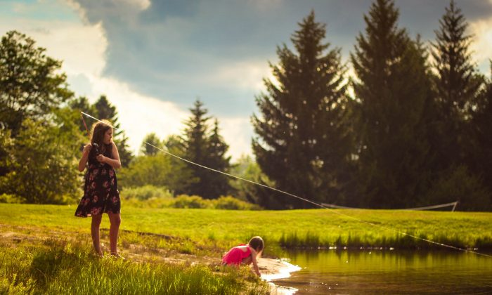 Children in forest nature programs experience tremendous social, emotional and physical benefits from playing outdoors. (Luke Brugger/Unsplash)