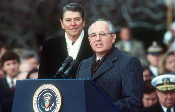 Tổng thống Hoa Kỳ Ronald Reagan (L) với nhà lãnh đạo Liên Xô Mikhail Gorbachev