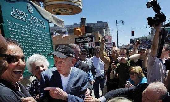 """Memphis DJ George Klein, left, jokes with Lansky Brothers founder Bernard Lansky, second from left, """"Clothier to the King"""" during the unveiling of a new plaque to mark the original location of the historic clothing store on Beale St. in Memphis, Tenn., on Aug. 14, 2011. (Jim Weber/The Commercial Appeal via AP, File)"""