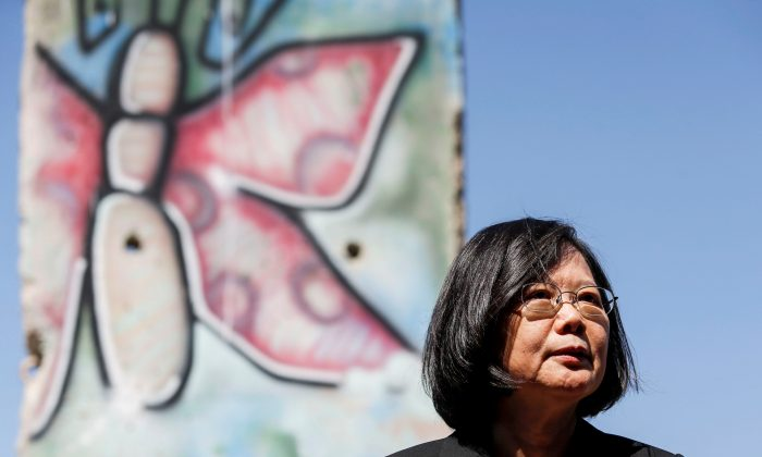 Taiwanese President Tsai Ing-wen standing by a section of the Berlin Wall at the Ronald Reagan Presidential Library in Simi Valley, California, U.S. on Aug. 13, 2018. (Ringo Chiu/Reuters)