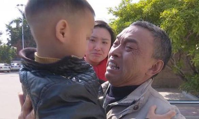 Feng seeing his grandson for the first time in over a year, after police found him. (Beijing Youth Daily / weibo.com)